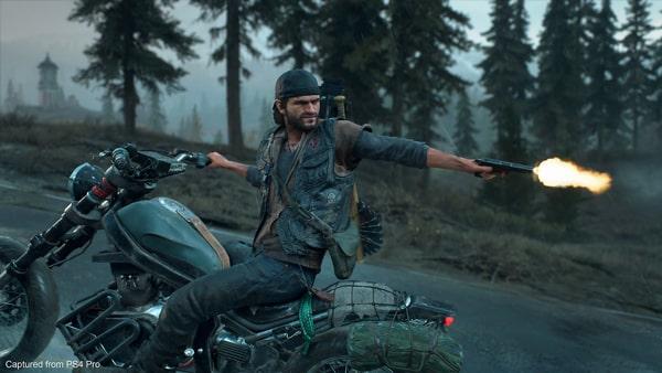 ディーコンがバイクに乗車した状態で銃を発砲する様子