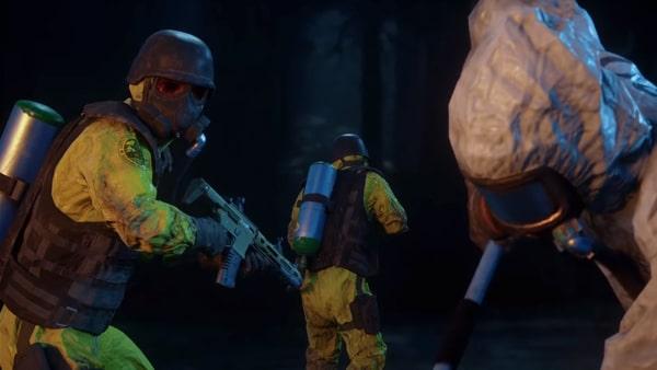 ガスマスクの武装集団のシーン