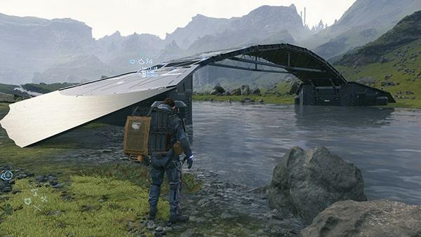 川に橋が架かっている様子