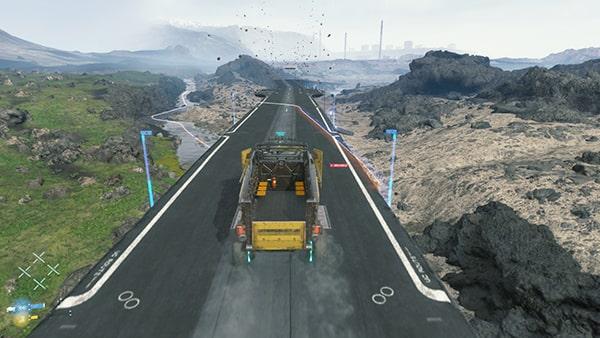 トラックで国道を移動している画像