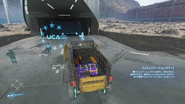 トラックで素材を運ぶ様子