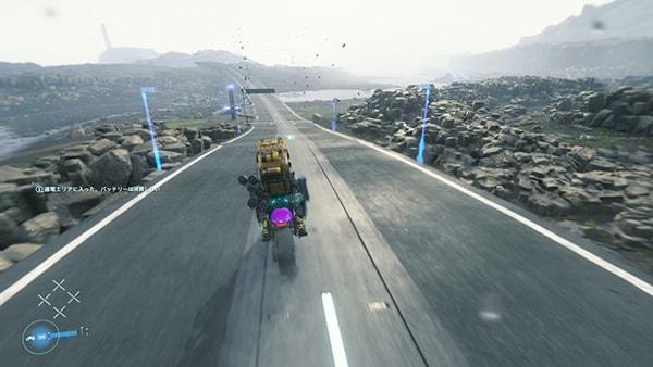 バイクで国道を移動するサム