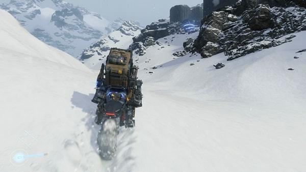 バイクで雪山を進むサム