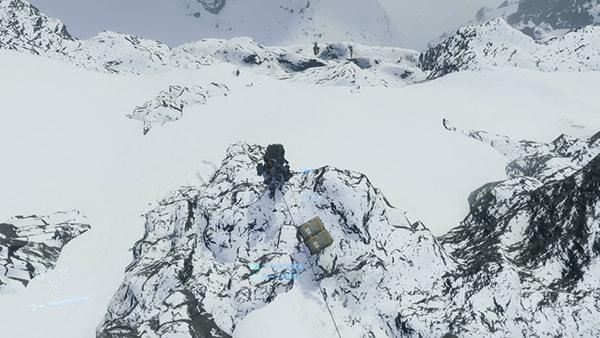ロープを使って南の崖を降りてる風景