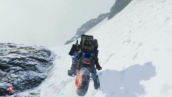 バイクで雪山の斜面を登るシーン