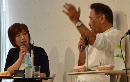 動画と原画を身振りで説明する天野喜孝氏