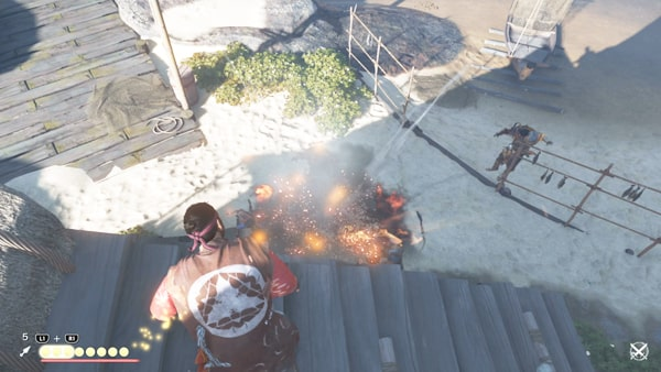 屋根からてつはうを投げて爆破ダメージを与えている様子