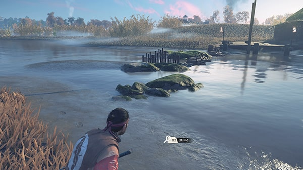 川辺でカッパの痕跡を調べる様子
