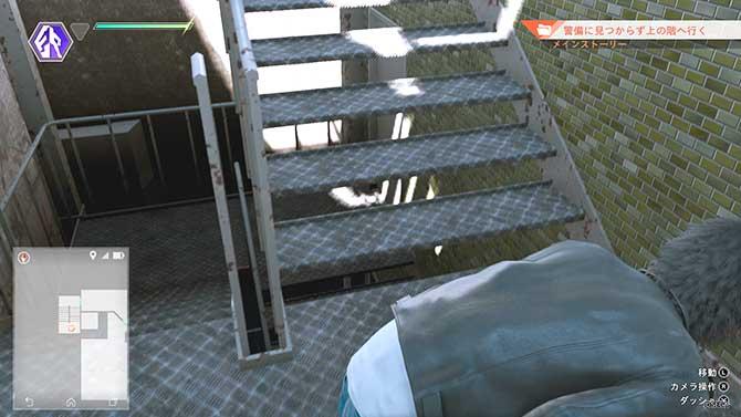 雑居ビルの階段を上がるシーン