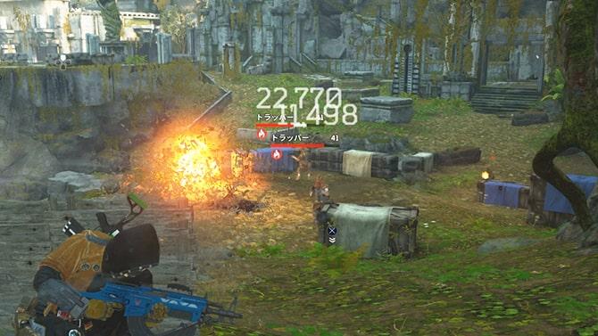 赤壺を爆発させて敵に攻撃するシーン