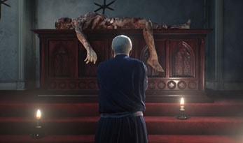 教会で祈る神父