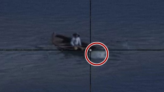 ラモンのボートを狙っているシーン