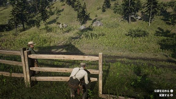 柵に横木を差し込むジョン