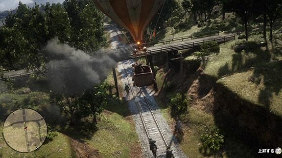 熱気球を操縦してロープを垂らすシーン
