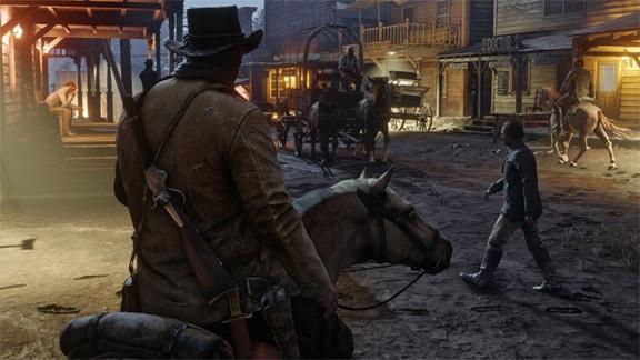 アーサー・モーガンが馬で街へいる画像