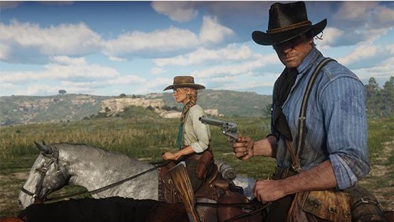 アーサー・モーガンが拳銃を構えて乗馬している画像