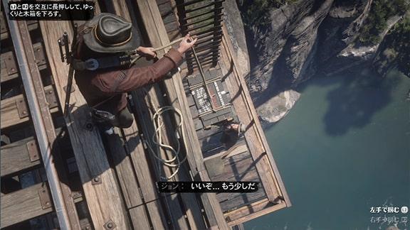 ロープを使ってダイナマイトの木箱を降ろす作業風景