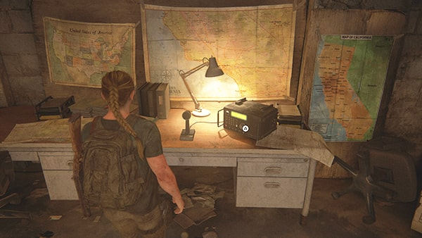 地下室にある無線機の机