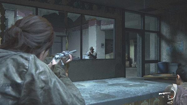 ライフルでWLFの兵士を狙うエリーの様子