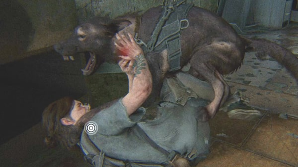 エリーが番犬に襲われている様子