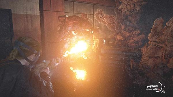 巨大な感染者を火炎放射器で燃やす光景