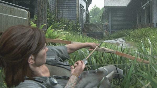 草の茂みから弓を射るエリー