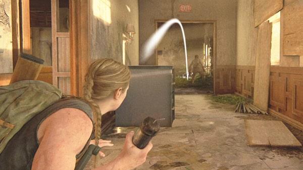 感染者にパイプ爆弾を投げるアビー