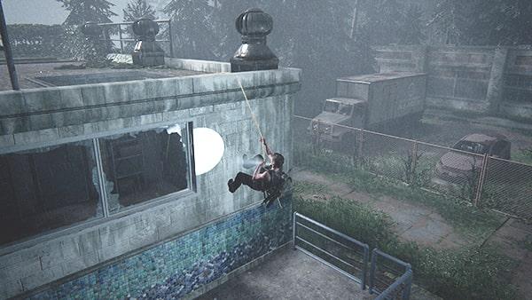 ケーブルを利用して屋根へ上がろうとしているアビー