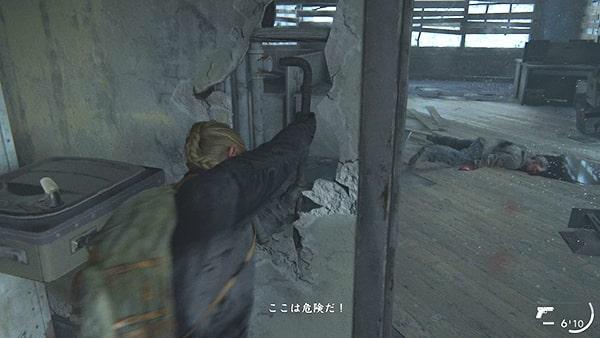 アビーが壁から鉄パイプを引き抜くシーン
