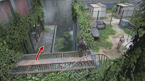 屋上にある足場を進み、隣の建物へ行く場所の画像