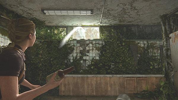 アビーがトイレの窓を割ろうとしているシーン