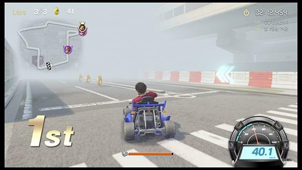 霧の強いコースで運転してる様子
